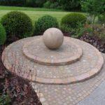 Kugel aus Ibbenbürener Sandstein. Durchmesser 80 cm, 1,2 Tonnen.
